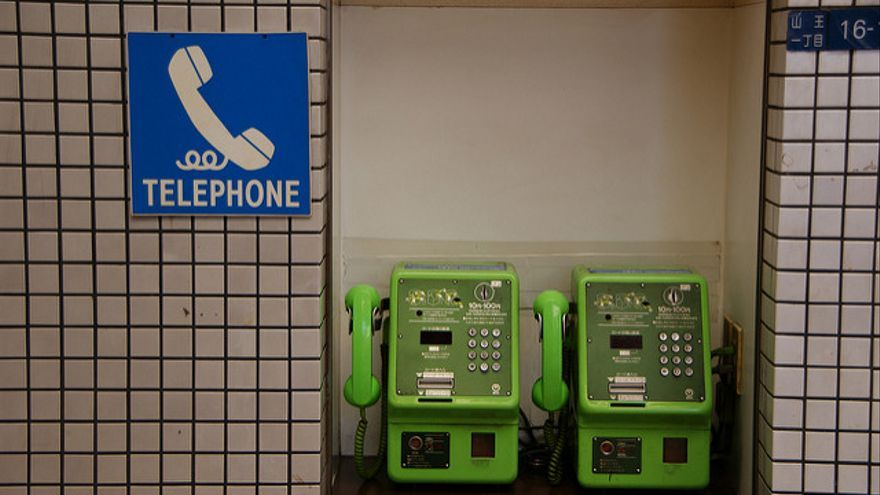 Teléfonos en una estación de metro