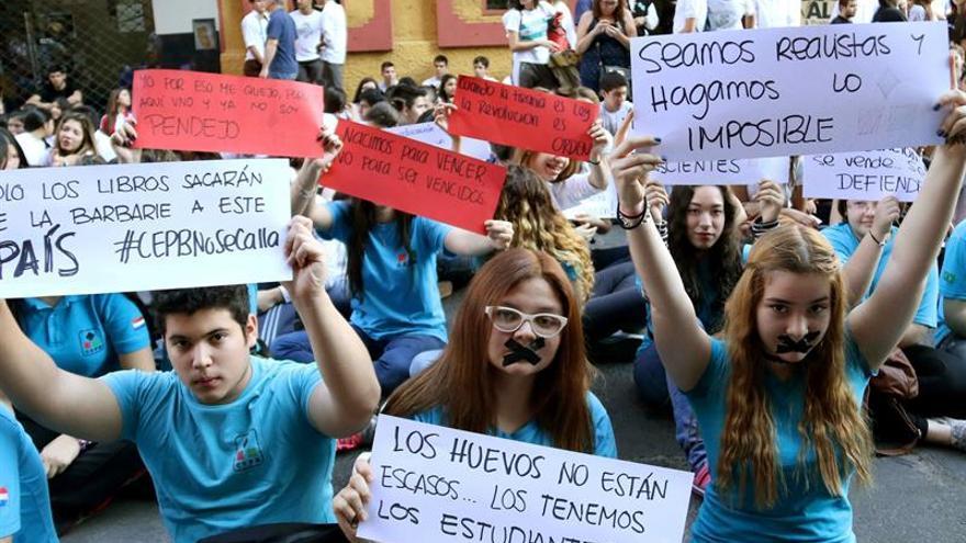 Estudiantes y campesinos paraguayos repudian espionaje militar en sus marchas