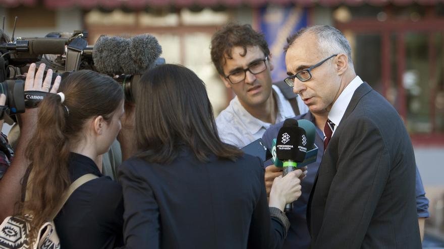 El fiscal Alejandro Pazos atiende a los medios a su llegada a la Audiencia de Pontevedra.
