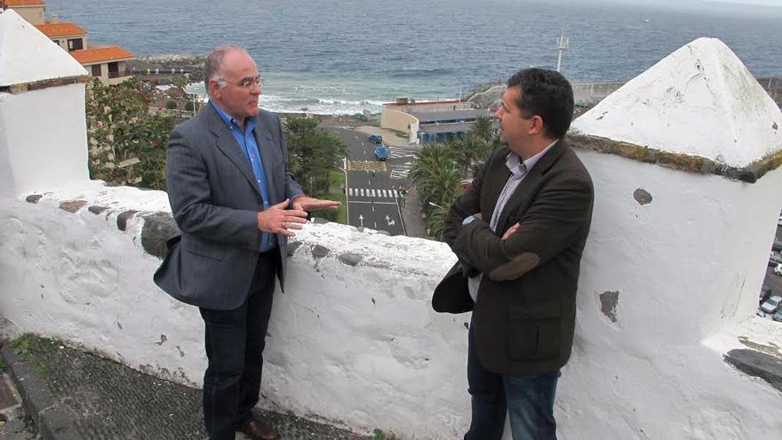 Carlos Cabrera y Juan José Cabrera Guelmes, en la Plaza de La Luz, en el barrio de San Telmo.