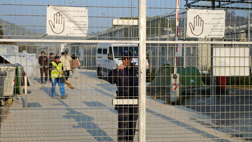 Un policía cierra la entrada del campo de Moria, en Grecia © AP Photo/Lefteris Pitarakis
