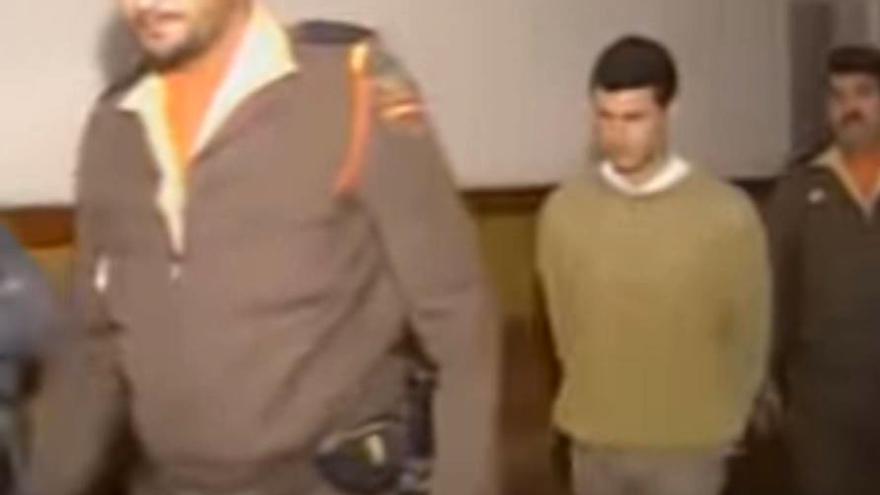 Antonio Anglés es custodiado por dos agentes de policía tras una de sus detenciones anteriores al 'caso Alcàsser'.