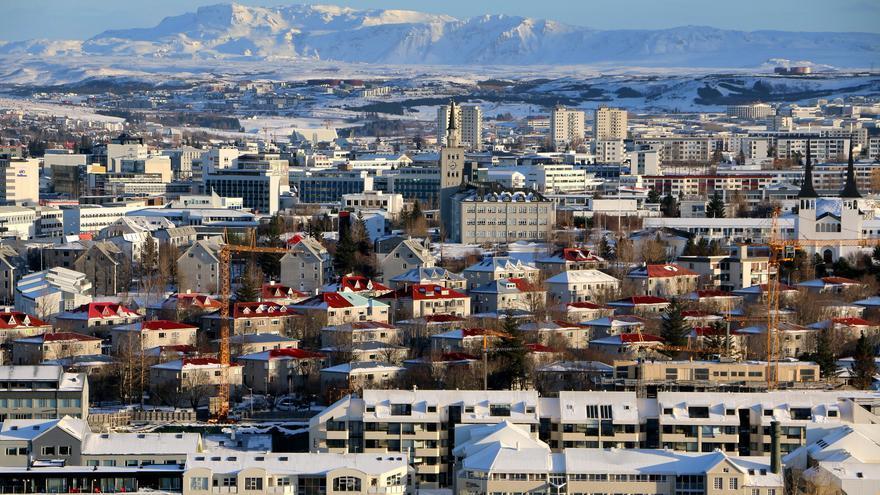 Reikavik bajo la nieve. La capital islandesa está situada en la punta de una península cerrada por montañas imponentes. Hugi Ólafsson