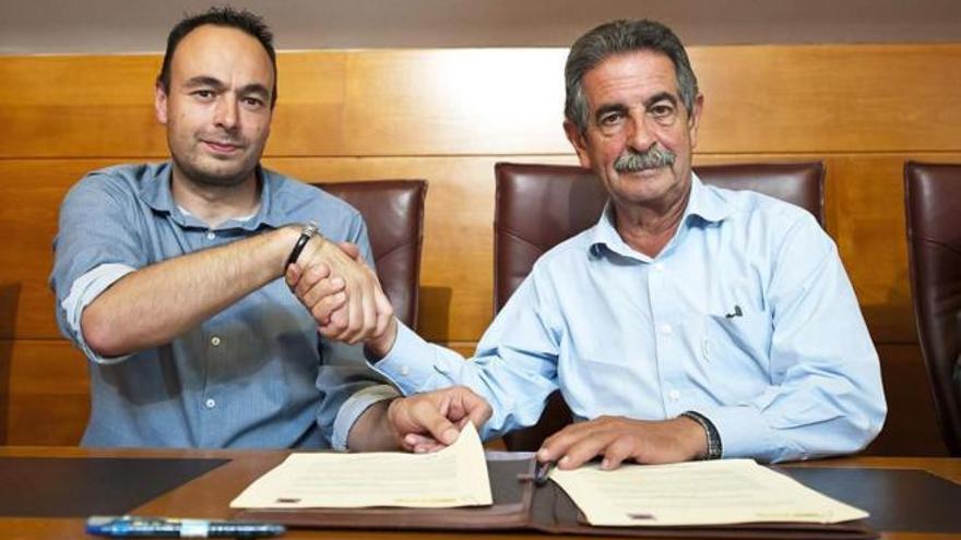 José Ramón Blanco (Podemos) y Miguel Ángel Revilla (PRC) durante la firma del pacto de investidura.   EFE