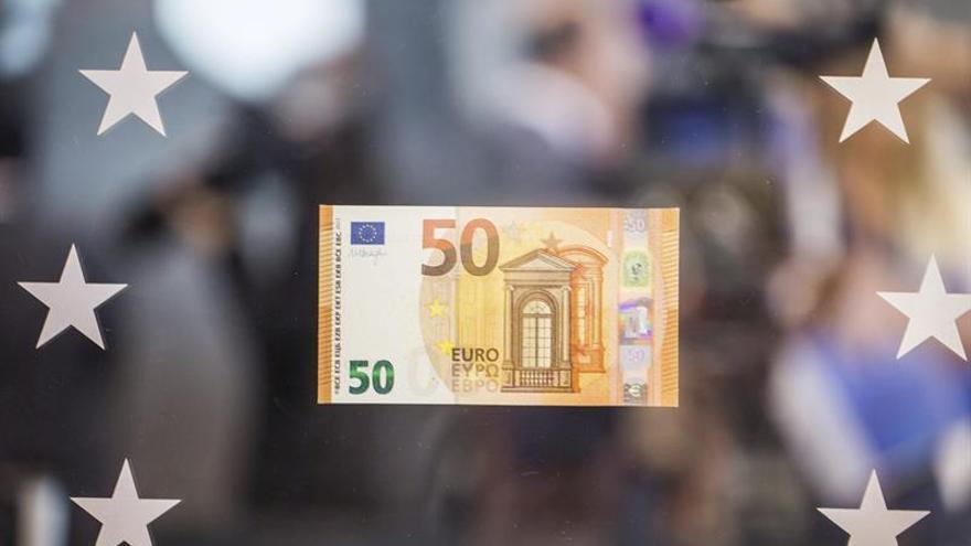 El euro sube hasta los 1,1819 dólares en Fráncfort