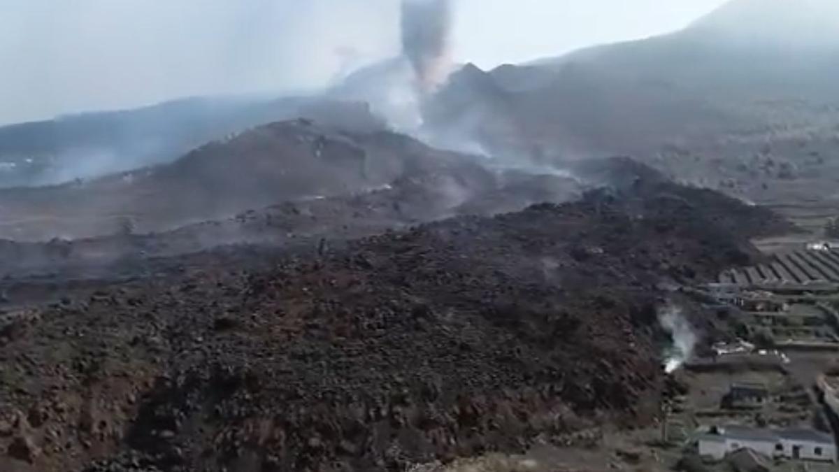 Imagen grabada por un dron de la UME de la zona de la erupción de La Palma este domingo 26 de septiembre.