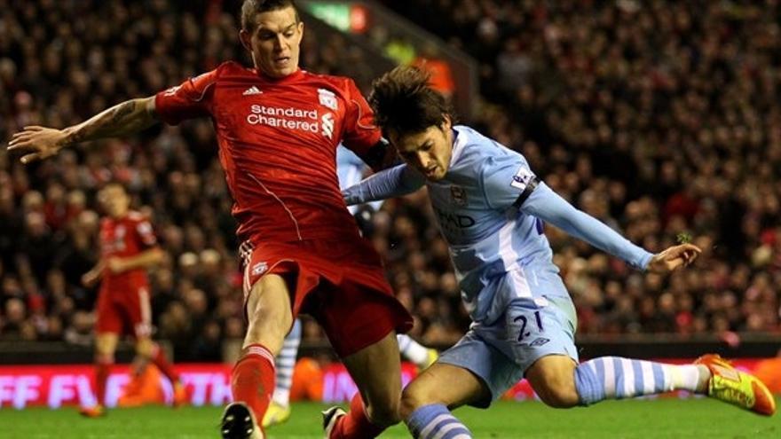 Silva en una pugna en el encuentro ante el Liverpool (es.uefa.com)