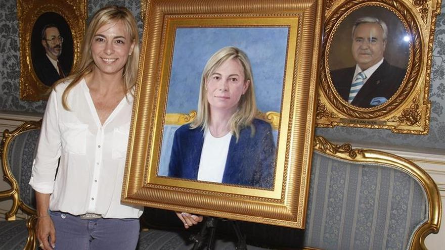 La exalcaldesa de Alicante Sonia Castedo, del PP, junto a su retrato.