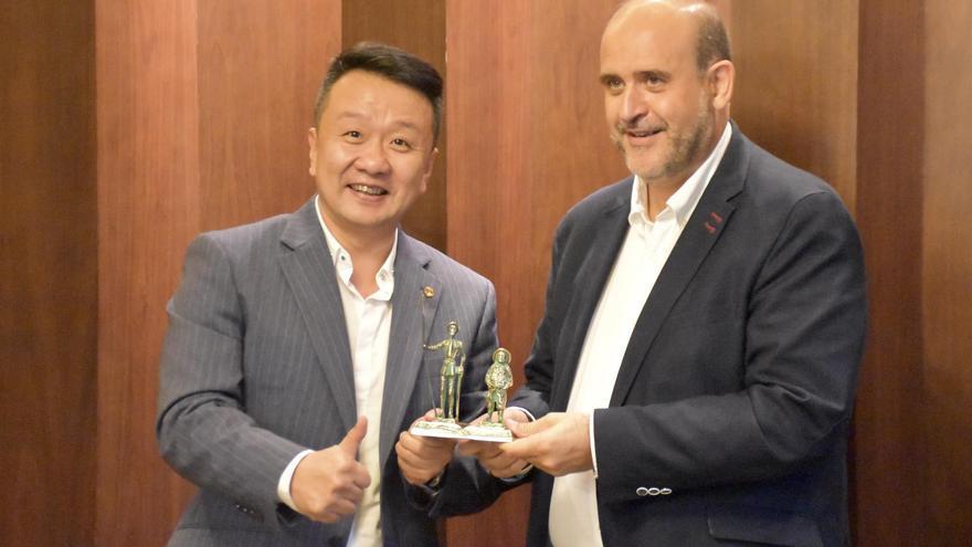 El vicepresidente de Castilla-La Mancha, José Luis Martínez Guijarro, en Chengdu