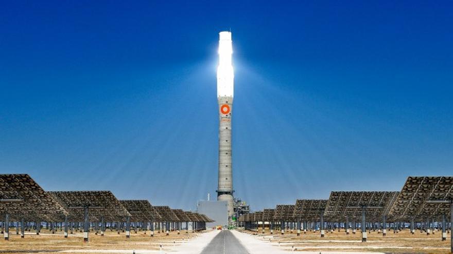 El receptor solar de la planta se puede ver a 50 kilómetros de distancia
