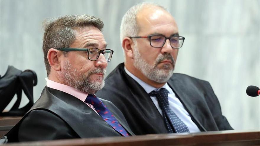 El juez Alba, junto al abogado Pedro Ayala, en la tercera sesión del juicio. (EFE)