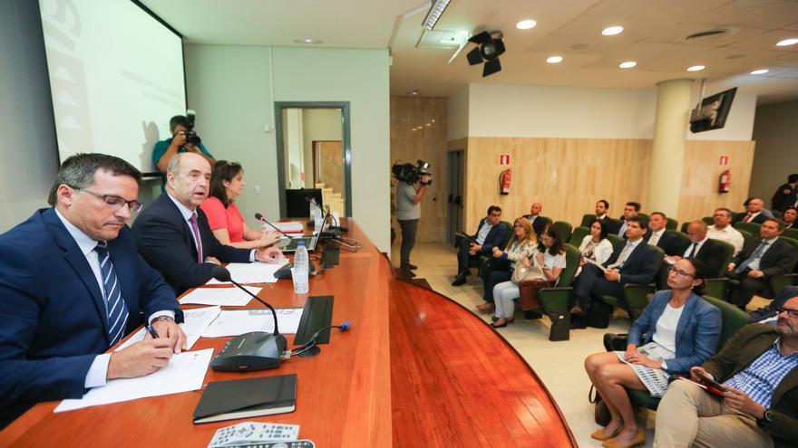 El consejero canario de Economía e Industria, Pedro Ortega,  presidió junto al viceconsejero de Industria, Energía y Comercio, Adrián Mendoza, el acto de constitución del Observatorio de Energía de Canarias.