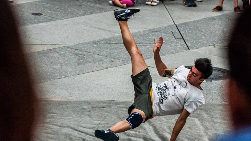 Tomic, miembro de 'Hijos de la Santa' y '90' Nation', realizando una acrobacia.