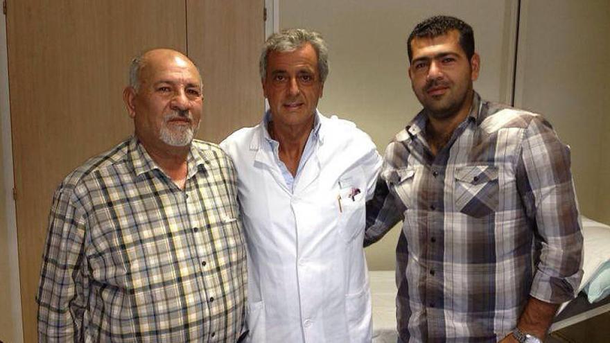 Hatem Akouche (izquierda) junto al médico que le operó y su hijo.