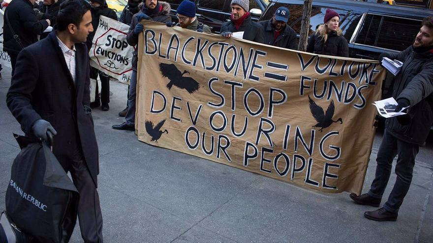 Protesta contra Blackstone en Nueva York en apoyo a una acción de la PAH en Barcelona / EDU BAYER