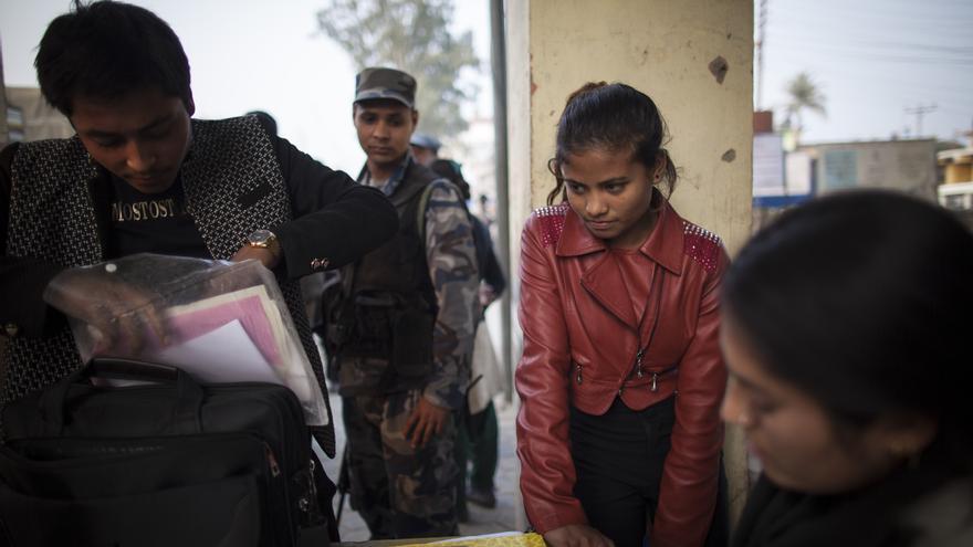 Hay 26 fronteras oficiales en Nepal y nuestro socio local, Maiti Nepal, tiene puntos y equipo de vigilancia en 12 de ellas. Las mafias pasan estas fronteras con sus víctimas destino la India, Oriente Medio y algunos países asiáticos como Malasia o Sri Lanka. El trabajo de monitorización es fundamental para detectar casos de trata, antes de que las víctimas salgan del país. Foto: Ayuda en Acción / Ofelia de Pablo y Javier Zurita