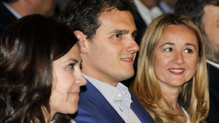 Albert Rivera junto a Susana Gaspar (a su derecha) y Elena Martínez (a su izquierda).