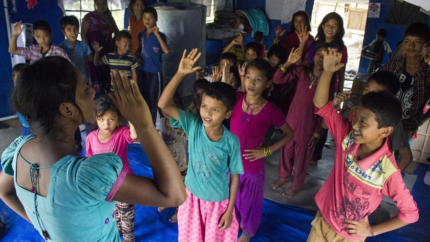 """Niños y niñas de Nepal acuden a diario a los hogares """"Amigos de la Infancia"""",  que se presentan como puntos seguros y de atención a los menores. Desde el terremoto las niñas se sienten más vulnerables ante posibles abusos. Foto: Sandy Mauron / Save the Children"""