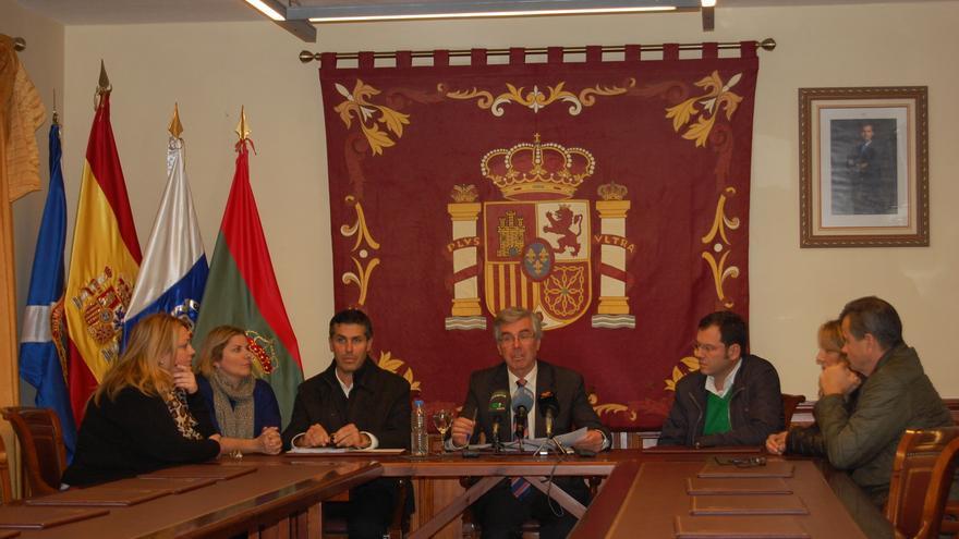El alcalde de Tacoronte, Álvaro Dávila, rodeado de su equipo de Gobierno.
