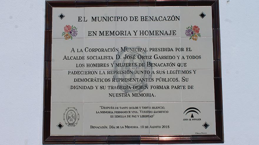 Placa de homenaje en el camposanto benacazonero.   JUAN MIGUEL BAQUERO