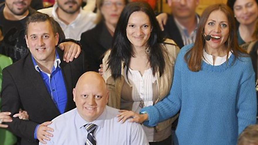 Lorenzo Marichal Delgado (i), junto a Zaida González (c), en una imagen de la campaña utilizada por la candidata del PP al Ayuntamiento de Santa Cruz de Tenerife, Cristina Tavío (d).
