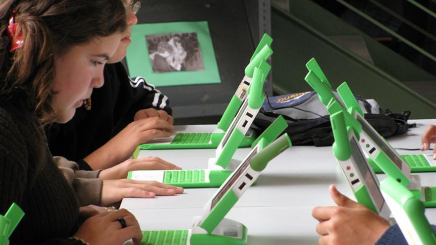 Estudiantes_de_Secundaria_con_sus_computadoras.jpg