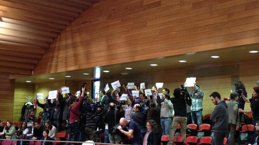 Suspendido el Pleno gallego durante varios minutos a causa de una protesta de invitados de AGE y BNG