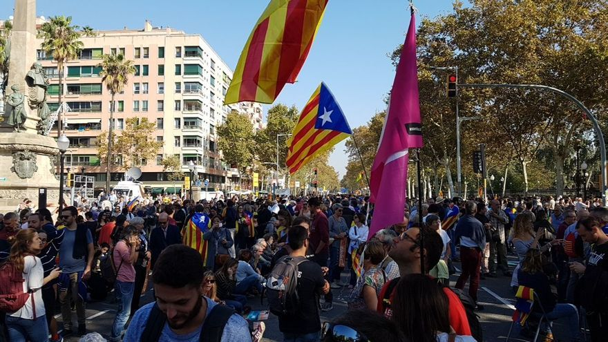 Los manifestantes se arremolinan en el parque de la Ciutadella, donde se ubica el Parlament