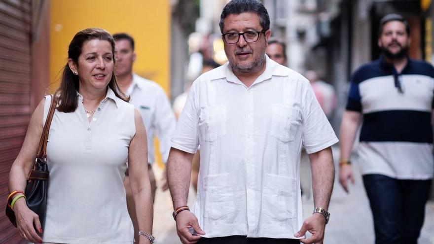 La diputada andaluza de Vox María José Piñero junto a Francisco Serrano, presidente del grupo, en una imagen de archivo.