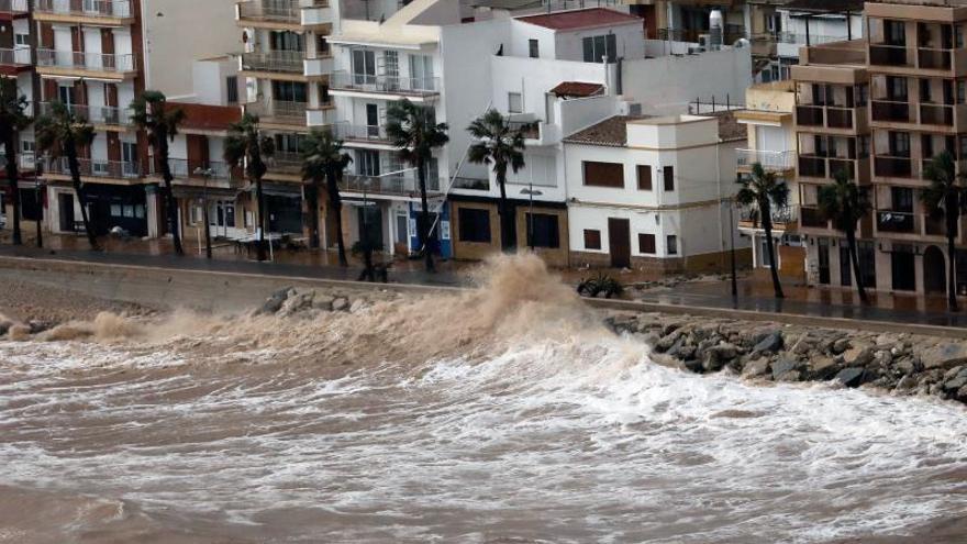 El temporal destroza playas y daña paseos marítimos de Jávea (Alicante)