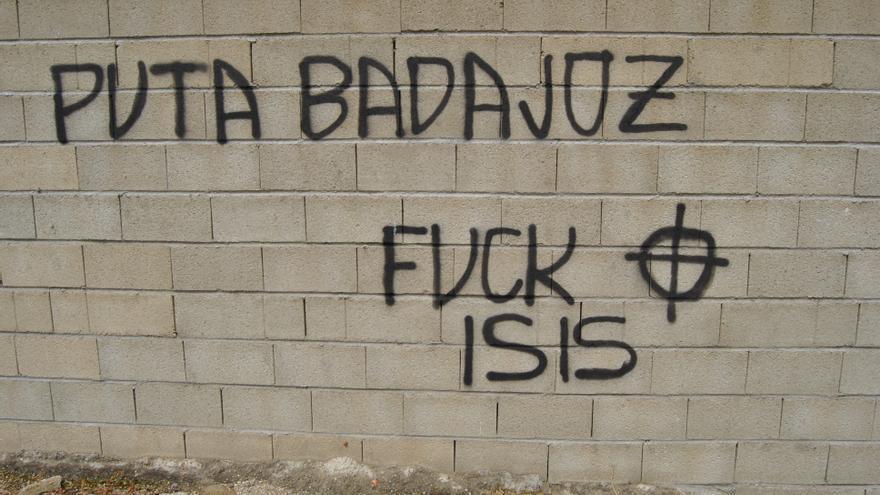 Pintada nazi aparecida junto al local del Campamento Dignidad carbonizado