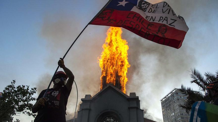 El progresivo declive de la importancia de la Iglesia Católica en Chile ha acompañado, cuando no impulsado, a la Democracia Cristiana en su plano inclinado hacia la irrelevancia.