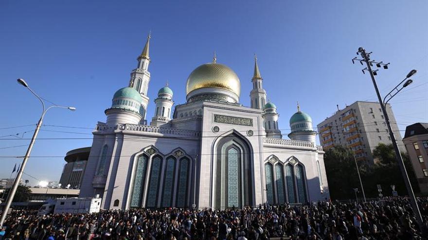 Decenas de miles de musulmanes celebran en Moscú la Fiesta del Sacrificio