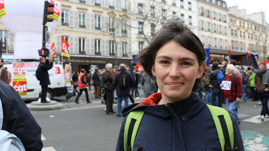 Charlotte, participante del movimiento Nuit Debout y trabajadora intermitente en la industria del cine, durante la manifestación del 9 de abril