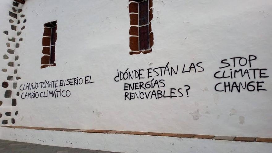 En la imagen, las pintadas en las paredes de la iglesia de Las Angustia.