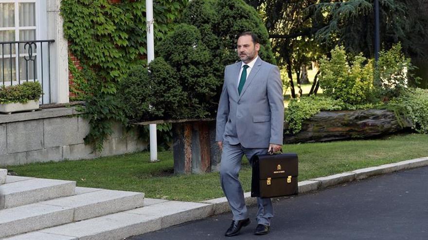 Ábalos cree que los trámites impedirán exhumar los restos de Franco en julio