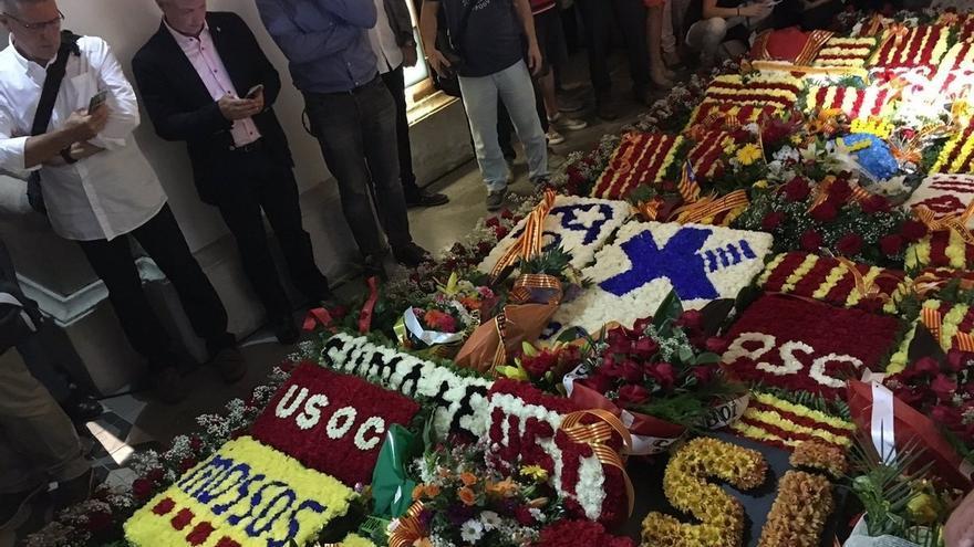 Instituciones, partidos y entidades hacen la ofrenda anual en la tumba de Casanova