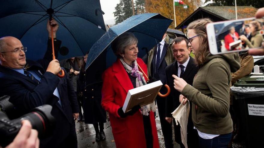 """May envía a ministros para explicar a la población el acuerdo del """"brexit"""""""