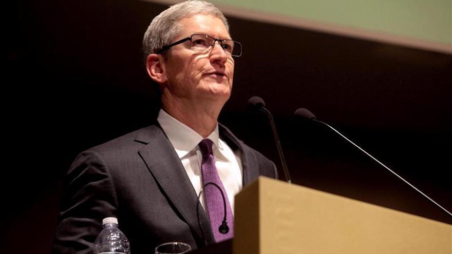 Tim Cook visita a la comisaria de la UE que decidirá sobre las ventajas fiscales a Apple