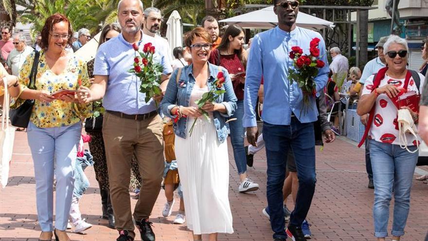 Los candidatos del PSOE al Cogreso por Las Palmas, Elena Máñez y Luc André Diouf, y al Senado por Gran Canaria, Ramón Morales.