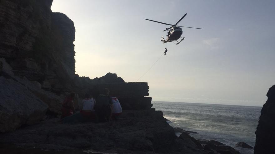 Rescatan en helicóptero a un hombre en la playa de Arenilla, en Galizano (Ribamontán al Mar)