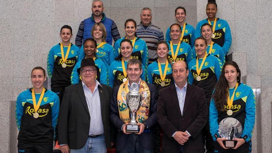El presidente del Gobierno de Canarias, Fernando Clavijo (c) y el director general de Deportes del Gobierno de Canarias, José Francisco Pérez (d), recibieron a las jugadoras, al cuerpo técnico y al presidente del Rocasa Gran Canaria, Antonio Moreno (2i), tras el triunfo que lograron a principios de mes al conquistar la Copa EHF Challenge. EFE/Ángel Medina G.