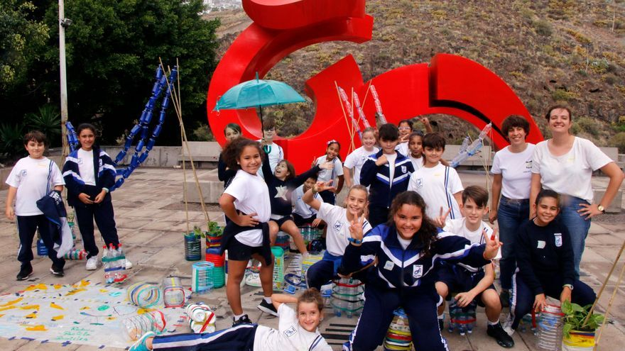 Escolares de CEIP Fray Albino, junto a las responsables del taller 'Nuestra plaza imaginada'