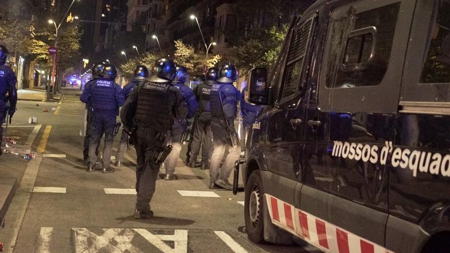 Operativo de los Mossos en la cuarta jornada de protestas en Barcelona.