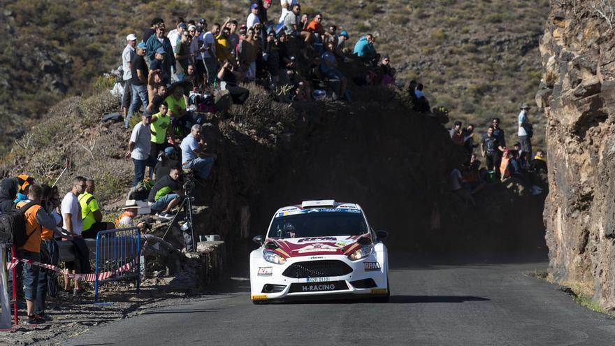 Alexey Lukyanuk a bordo del Ford Fiesta R5 durante un tramo de la etapa de este sábado en el Rally Islas Canarias.