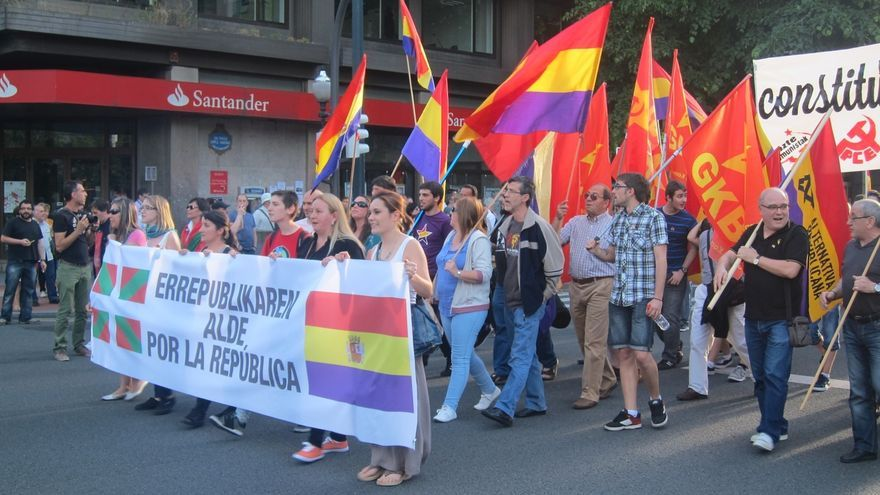 Miles de personas participan en las capitales vascas en las manifestaciones por la República