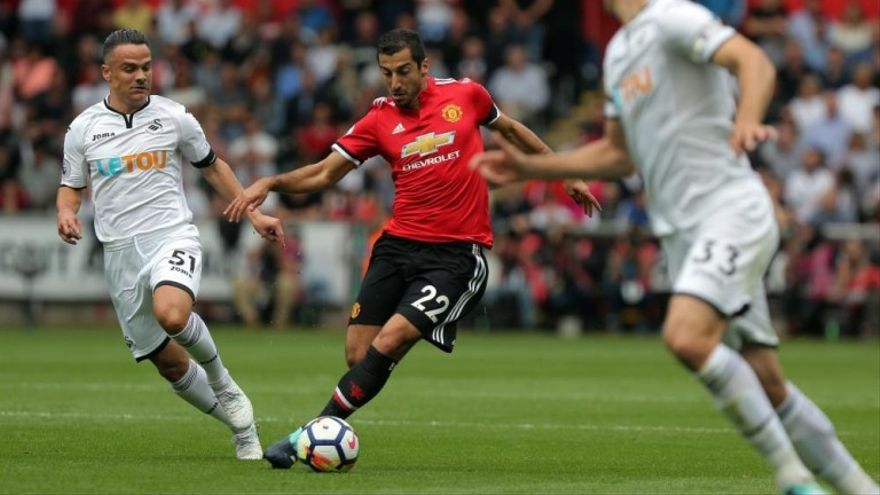 Roque Mesa, ante el jugador del Manchester United Henrikh Mkhitaryan. (SWANSEA CITY)