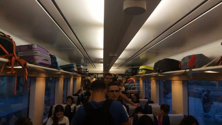 Hacinamiento en un vagón de uno de los trenes que cubre habitualmente el trayecto