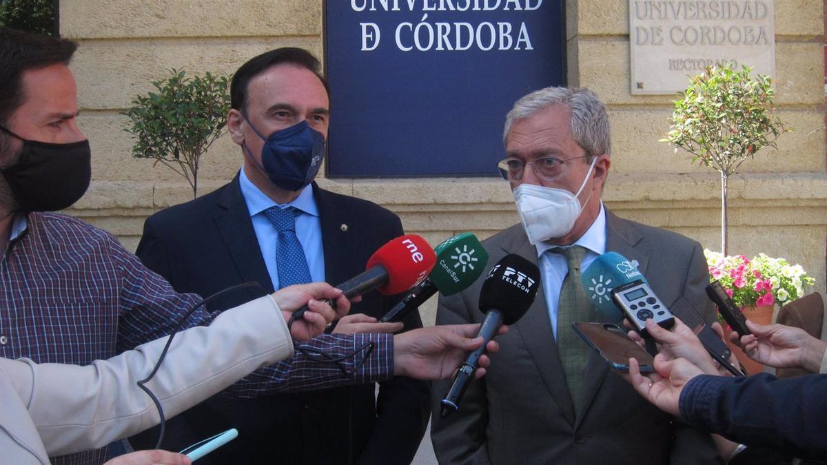 El consejero de Universidades de la Junta de Andalucía, Rogelio Velasco, y el rector de la Universidad de Córdoba, José Carlos Gómez Villamandos, en una imagen de archivo.