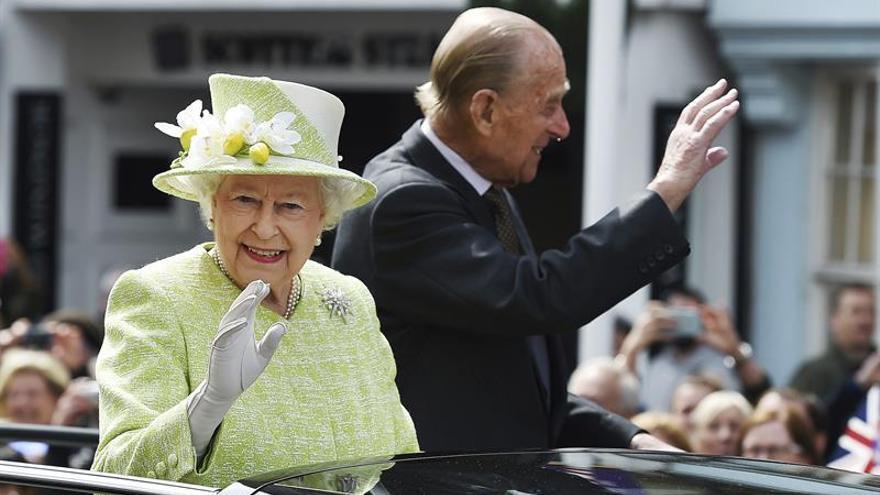 Isabel II pasea en Windsor y recibe regalos de ciudadanos en su 90 cumpleaños